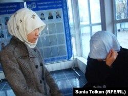 Две атырауские студентки в платках. 12 ноября 2010 года.