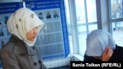Атырау мемлекеттік университетінде оқитын мұсылман қыздарды хиджаб кигендері үшін сабаққа кіргізбей қойды. 12 қараша 2010 жыл.