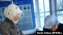 Kazakh university students wearing the hijab. (file photo)