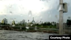 Астанада қалың нөсерден көшені су басып кетті. 31 шілде 2012 ж.