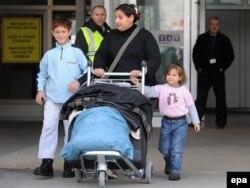 Архивска фотографија: Враќање на азилантите на скопскиот аеродром.