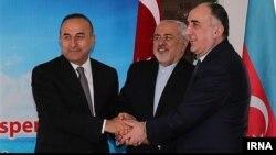 Слева направо главы министерств иностранных дел — Мевлют Чавушоглу (Турция), Мохаммад Зариф (Иран) и Эльмар Маммедъяров (Азербайджан) на одной из своих предыдущих трехсторонних встреч. Рамсар (Иран), 5 апреля 2016 года.
