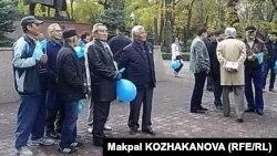 Акция гражданских активистов по «пропаганде государственных символов». Алматы, 25 октября 2014 года.