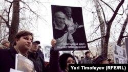 Поддержать бывших совладельцев ЮКОСа пришли сотни человек