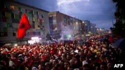 Simpatizuesit presin kontrollin para se të hyjnë në stadiumin në Elbasan