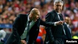 Antrenorul Zinedine Zidane (stânga)