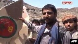 شورشیان حوثی در اطراف لاشه هواپیمایی که میگویند اف-۱۶ نیروی هوایی مراکش بوده است.