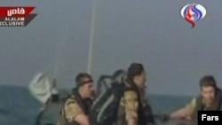 ملوانان نظامی بریتانیا پس از دستگیری و انتقال به آب های ایران.