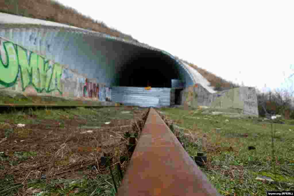 После трагедии на«дороге смерти»железнодорожные путь ведущий в обваленный тоннель перекрыт листом жести