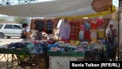 Продавцы одежды на одном из городских рынков Казахстана. Иллюстративное фото.