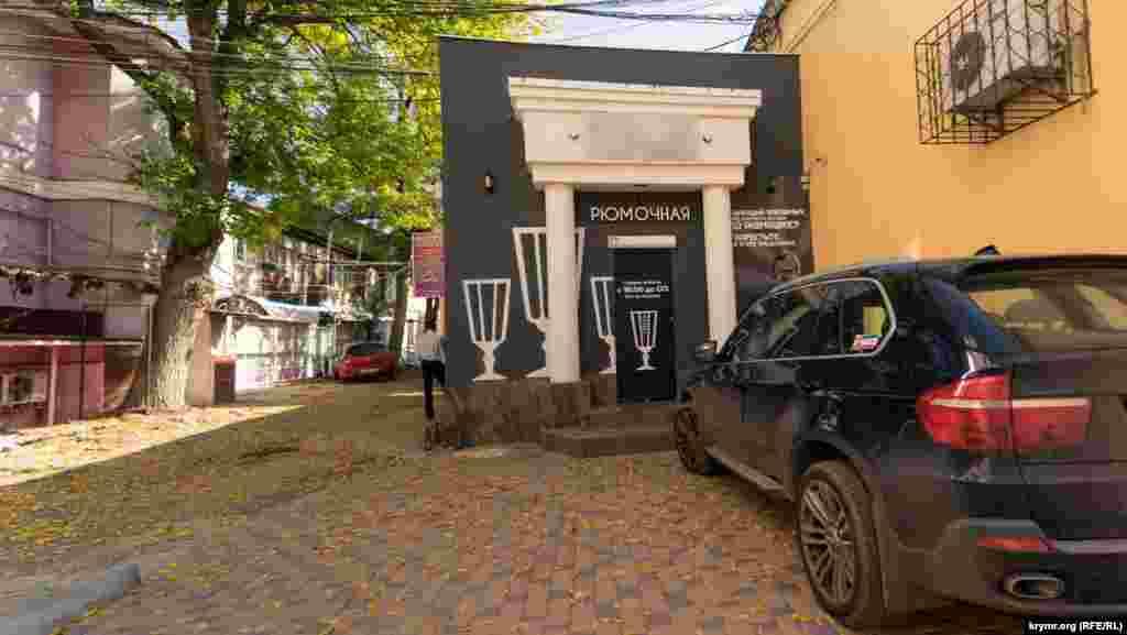 К Дворцубракосочетаний на улице Пушкина пристроили питейное заведение