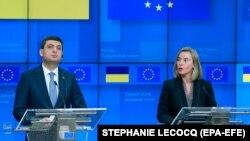 Прем'єр-міністр України Володимир Гройсман (ліворуч) і верховний представник ЄС із закордонних справ Федеріка Моґеріні. Брюссель, 17 грудня 2018 року
