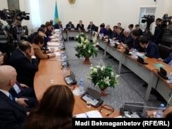 Мәжілістің рақымшылық туралы заң жобасын қарап отырған жұмыс тобы. Астана, 2 желтоқсан 2016 жыл.