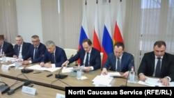 Министр по делам Северного Кавказа Лев Кузнецов (третий справа) во Владикавказе