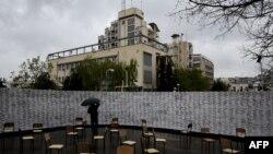 Një person qëndron para murit me emrat e të pagjeturve në Kosovë