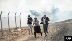 Kurdët në Kobani, kufirin me Turqinë.