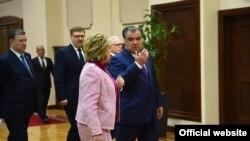 Президент Таджикистана Эмомали Рахмон и председатель Совета Федерации России Валентина Матвиенко. Душанбе, 13 октября 2016 года.