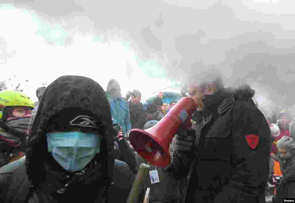 Один из оппозиционных лидеров, Виталий Кличко, был облит из огнетушителя - после того, как призвал радикально настроенных активистов не участвовать в столкновениях с милиуцией