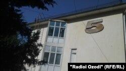 """Здание пятого корпуса национального медицинского центра """"Караболо"""" в Душанбе, 16 августа, 2015 года."""