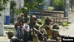 Солдаты патрулируют улицы. Ош, 11 июня 2010 года.