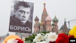 Портрет Бориса Немцова и цветы недалеко от места его убийства в центре Москвы