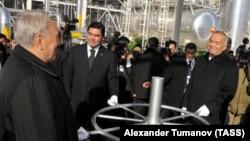 Президент Казахстана Нурсултан Назарбаев, президент Туркменистана Гурбангулы Бердымухамедов и президент Узбекистана Ислам Каримов на церемонии открытия объекта по добыче газа для его транспортировки в Китай. 15 декабря 2009 года.