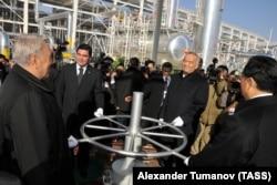 Gazagystanyň prezidenti Nursoltan Nazarbaýew, Türkmenistanyň prezidenti Gurbanguly Berdimuhamedow hem-de Özbegistanyň prezidenti Islam Kerimow Hytaýa gaz akdyrmaly turba geçirijisiniň açylyş dabarasynda. 2009-njy ýylyň 15-nji dekabry.