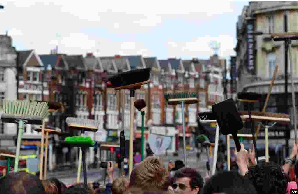 Лондон, 9 серпня. Погроми, що відбувалися протягом чотирьох днів, чи здебільшого ночей, по всій Британії, змусили багатьох замислитися над тим, що відбувається в країні. Британський прем'єр Дейвід Камерон називає спалах насильства звичайним хуліганством, але інші вважають, що йдеться про серйозніші соціальні та расові проблеми в суспільстві, які могли до цього призвести.Photo by Paul Ellis for AFP