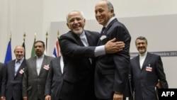 Eýranyň daşary işler ministri Mohammad Jawad Zarif (çepde) we Fransiýanyň daşary işler ministri Laurent Fabius. Şweýsariýa. 24-nji noýabr, 2013 ý.