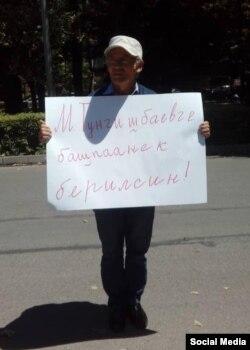 Жарандык активист Өндүрүш Токтонасыровдун акциясы. 26-июнь, 2018-жыл.
