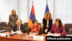 Belgium - Armenian Foreign Minister Edward Nalbandian (L), his Cypriot counterpart Erato Kozakou-Marcoullis (C) and EU Commissioner for Home Affairs Cecilia Malmstrom sign a visa facilitation agreement in Brussels, 17Dec2012.