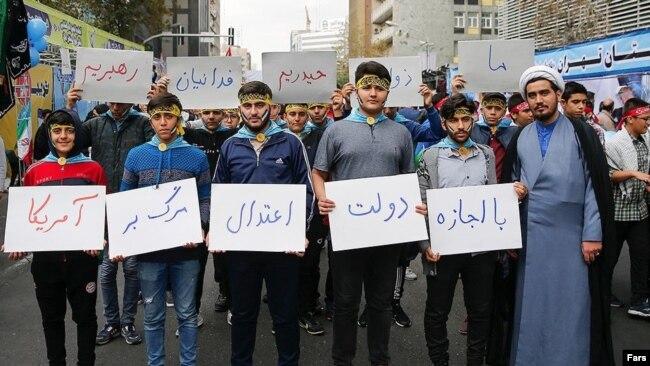 در راهپیمایی امسال پلارکاردهای زیادی در مخالفت با مذاکره با آمریکا به چشم میخورد که مخاطب اصلی آنها دولت روحانی بود.