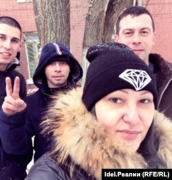 Ирина Климентова, Роман Неугодов (в капюшоне) и двое его коллег и членов профсоюза