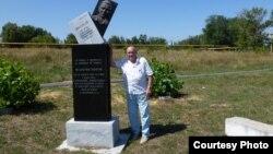 Витольд Абанькин у памятника Валентину Соколову