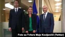 Kryeministri serb, Aleksandar Vuciq (majtas), përfaqësuesja e lartë e BE-së, Federica Mogherini dhe kryeministri i Kosovës, Isa Mustafa, Bruksel, 13 tetor 2015