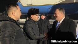 Госсекретарь США Майк Помпео (справа) в аэропорту Нур-Султтана. 1 февраля 2020 года.