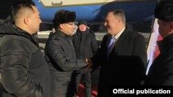 Заместитель министра иностранных дел Казахстана Ержан Ашикбаев (второй слева) у трапа самолета встречает государственного секретаря США Майка Помпео, который 1 февраля прибыл с двухдневным визитом в Казахстан. Нур-Султан, 1 февраля 2020 года.
