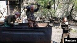 Донецк маңындағы көмір кендерінің бірінің жұмысшылары. Украина, 15 мамыр 2014 жыл.