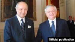 Встреча главы МИД Армении Эдварда Налбандяна (справа) с французским коллегой Лораном Фабиусом в Париже (архив)