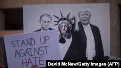 АҚШ президенті Дональд Трампқа қарсы шерудегі Трамп пен Ресей президенті Владимир Путиннің бейнелері салынған плакат, Финикс, Аризона, 22 тамыз 2017 жыл.