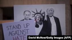 Плакат с изображением Дональда Трампа и Владимира Путина на антитрамповской демонстрации в Аризоне. Финикс, 22 августа 2017 года.