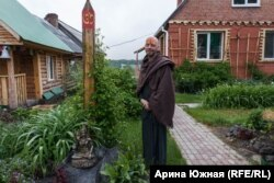 Петерс Драгунс во дворе ашрама