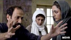 گلشیفته فراهانی (راست) با اصغر فرهادی در پشت صحنه فیلم درباره الی