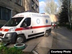 Новий реанімаційний автомобіль з написом «Своєчасна допомога» та прапором так званої «Новоросії» на лобовому склі (фото автора)
