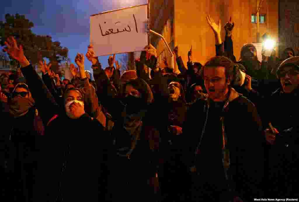 Жінка тримає послання до іранських лідерів зі словами «Йдіть у відставку» під час вшанування пам'яті жертвавіакатастрофи в Тегерані, 11 січня 2020 року.