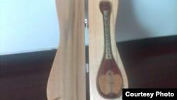Болатбек Кәрімханұлы жасаған шынашақтай домбыра. Ұзындығы - 4,5 сантиметр.