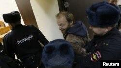 Фотографа Дениса Синякова доставляют в суд
