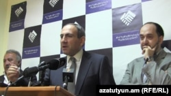 Члены партии «Гражданский договор» во время пресс-конференции (архив)
