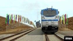 Поезд стоит на рельсах во время открытия железной дороги из Казахстана в Иран через Туркменистан. 3 декабря 2014 года.