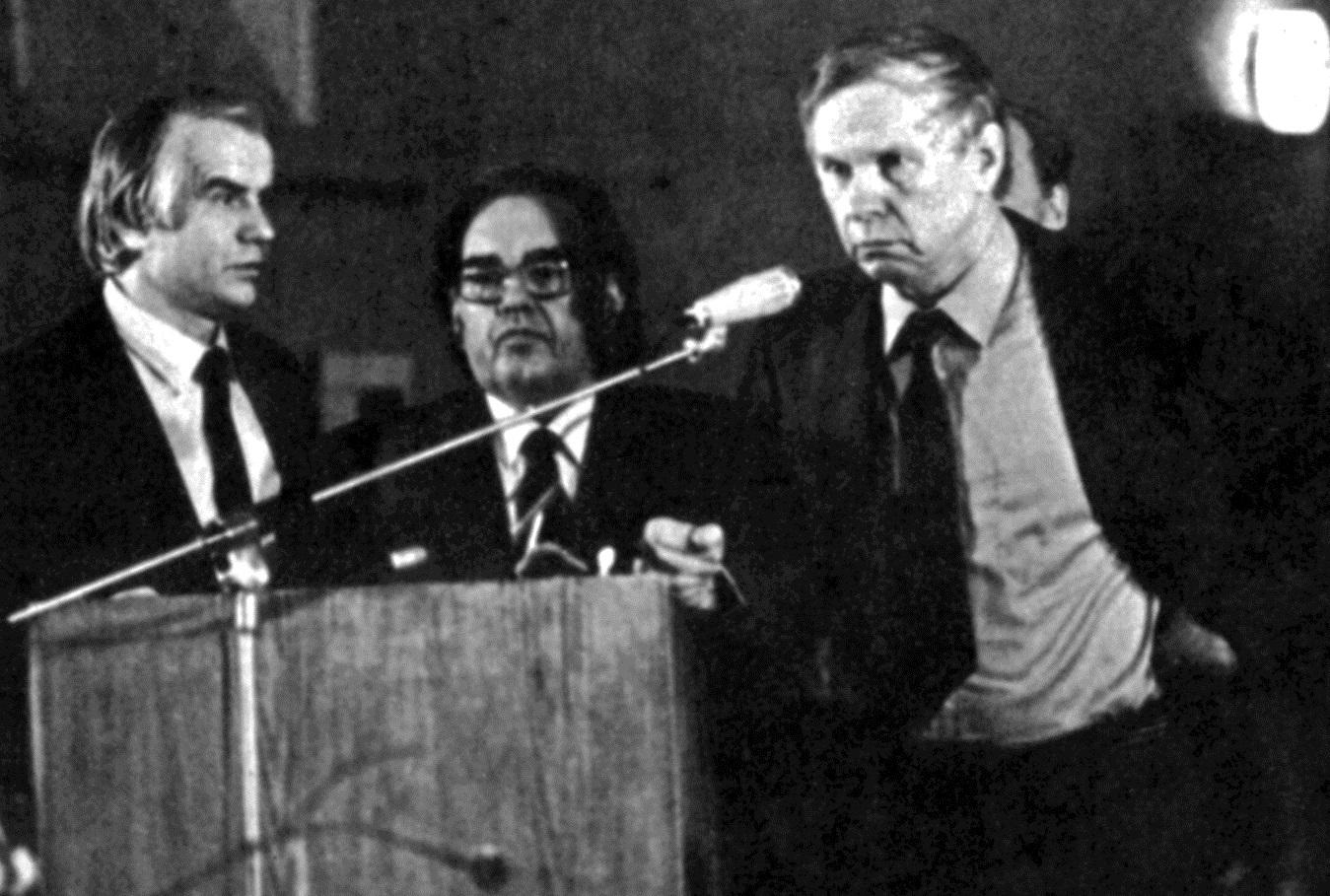Сузаснавальнікам якога палітычнага руху стаў Васіль Быкаў напрыканцы 1980-х гадоў?